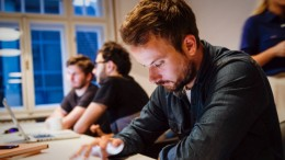 20150508212928-workers-workplace-employee-tech-ipad-desk